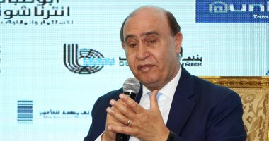 مهاب مميش يصلي الجنازة على والد وزيرة الاستثمار