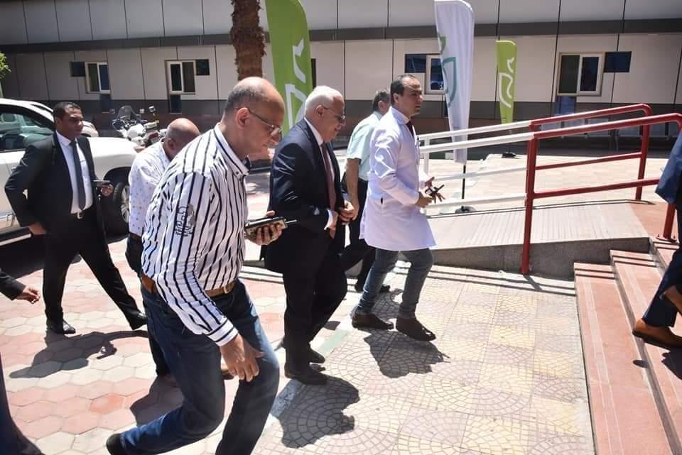 بالصور.. محافظ بورسعيد يزور مستشفى التضامن لتهنئة المرضى والعاملين بـ