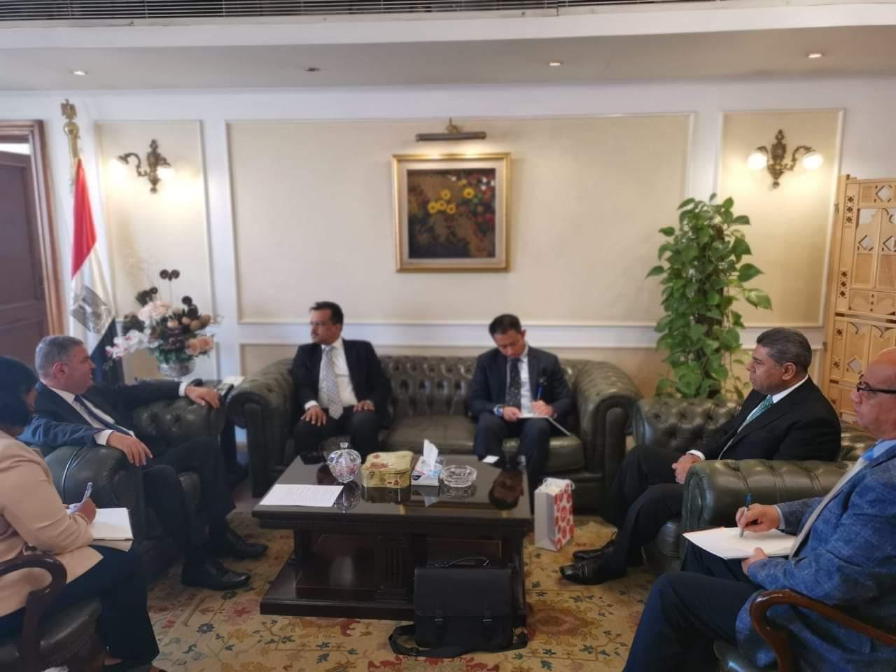 وزير قطاع الأعمال العام يبحث مع سفير سنغافورة بالقاهرة التعاون في مجال النقل البحري
