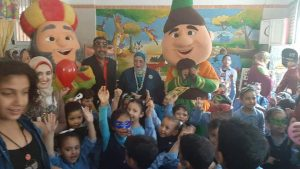 وكيل تعليم كفر الشيخ تتفقد المدرس وتشارك الأطفال ألعابهم والأنشطة المتعددة