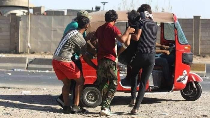 عراقيون يسعفون مصابا بالتوك توك