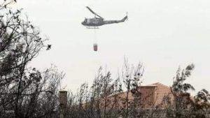 طائرة تابعة للجيش اللبناني تشارك في إخماد الحرائق