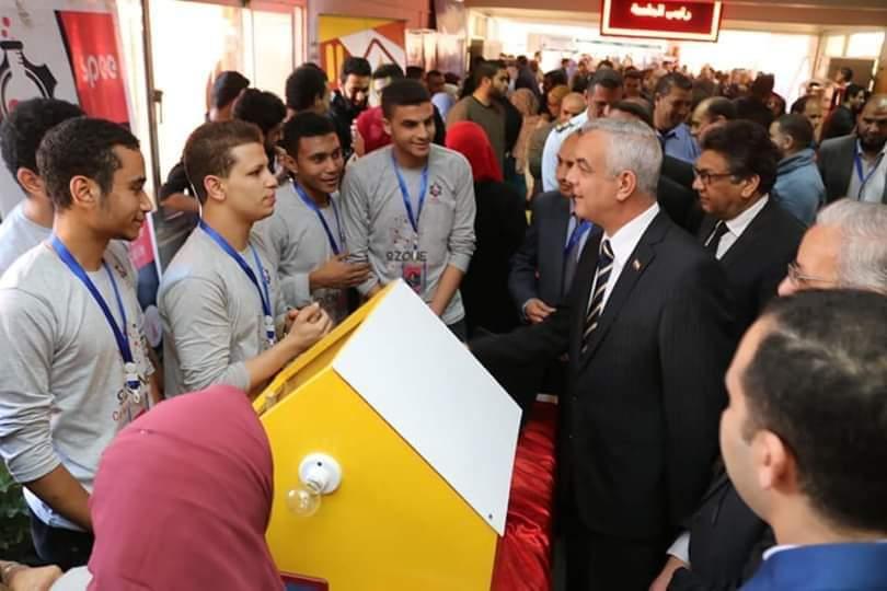 مبارك يتفقد بعض مشروعات الهندسة الإلكترونية ويوجه بعمل معرض يشهده رجال الصناعة والاستثمار بالدولة