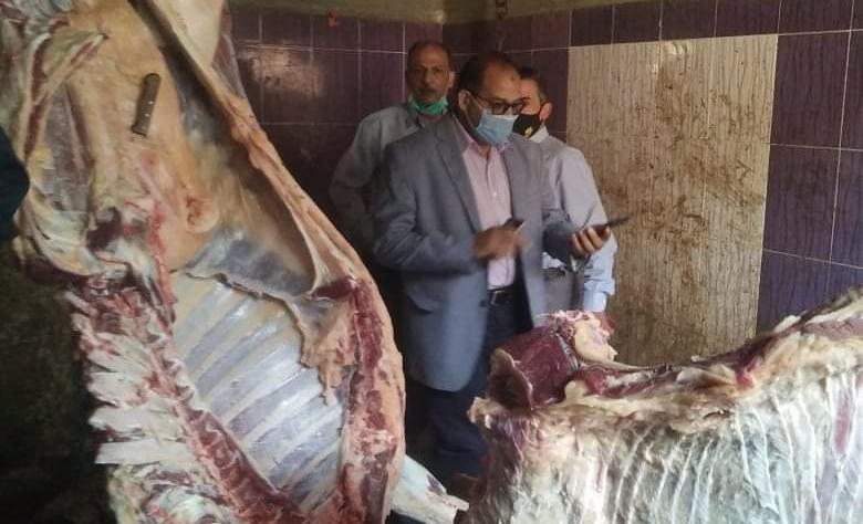 : ضبط جزار لذبحه خارج السلخانة وبحوزته اختام مزورة لختم اللحوم