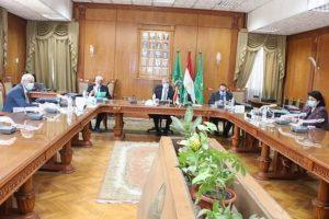 رئيس جامعة المنوفية يرأس لجنة إجراء مقابلات للمتقدمين لمنصب عميد التجارة