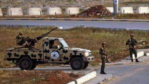 عناصر من الجيش الوطني الليبي يعلن إعادة تمركز وحداته خارج طرابلس