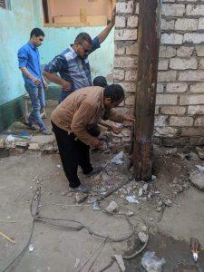رئيس مجلس ومدينه ايتاى البارود يكلف بإصلاح عمود كهرباء بقريه جنبواى