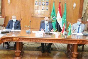 مبارك يلتقى بمسئولى الشركات المسند إليها مشروعات جامعة المنوفية