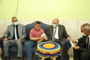 محافظ قنا يزور أسرتى المصور احمد الرشيدى وعامل النظافة حمودة أحمد