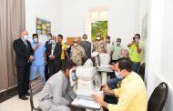 محافظ قنا يتابع اعمال القافلة الطبية للكشف علي أمراض العيون