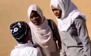 طالبات بالمرحلة الثانوية يشتبكنّ بالأيدي مع شاب في أحد شوارع الخرطوم