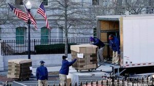 صناديق تحمل أغراض ترامب وأسرته أثناء رحيلة من البيت الابيض