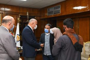 محافظ قنا يكرم أسرة شهيد الشرطة بنقادة