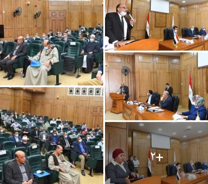 محافظ قنا يكرم نائب رئيس مدينة قفط لتفوقها
