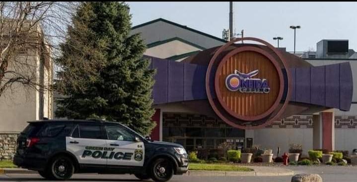 سيارة شرطة أمام مكان الحادث يعد جريمة القتل بااميركا