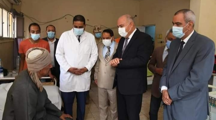 محافظ قنا يزور مستشفى نجع حمادى العام لتهنئة المرضي بمناسبة عيد الأضحى المبارك